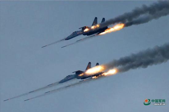 """▲资料图片:""""和平使命-2018""""期间,中国空军歼-11战机对地齐射火箭弹。"""
