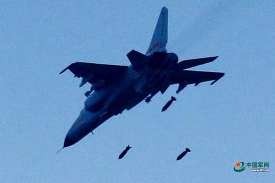 """▲参演的中国空军""""飞豹""""战斗轰炸机投放多枚炸弹。"""