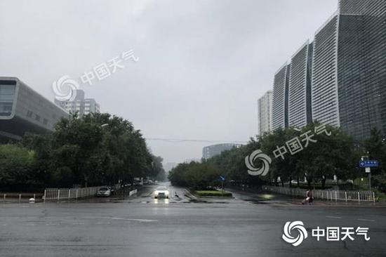 今天早晨,北京国家图书馆附近降雨基本结束,雨后道路湿滑,天空阴沉。