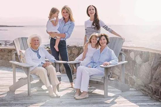 芭芭拉與子孫在一起。