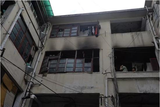 消防正在勘察三楼过道着火部位 杭州市上城区公安局供图