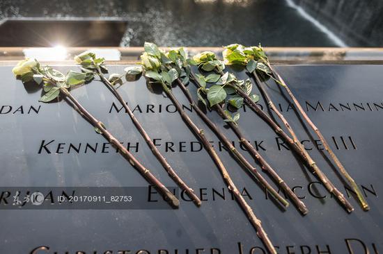 民众悼念9·11恐怖袭击事件中的遇难者(图源:东方IC)