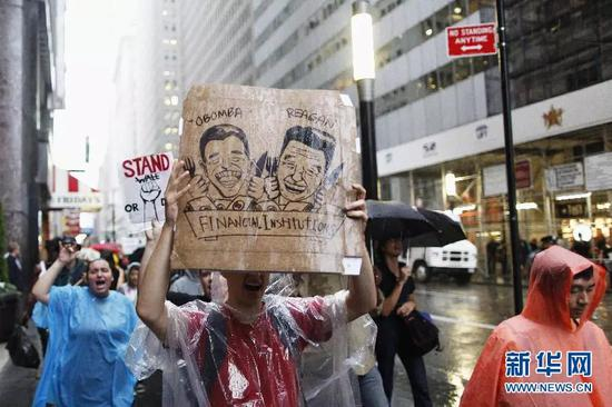 """▲資料圖片:2011年9月29日,""""佔領華爾街""""抗議活動的參加者在紐約金融區附近街頭冒雨進行抗議。(新華社)"""