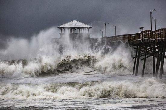 """飓风""""佛罗伦斯""""登陆美 8万户停电逾千航班取消"""