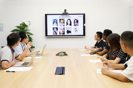 """▲2018年8月15日,北京,优酷公司举办""""吻戏鉴定师""""招聘面试,从上百份简历中筛选出来的四位候选人进入面试环节,回答关于人工智能的技术问题,还要对着屏幕分辨上百张明星脸。图片:IC"""