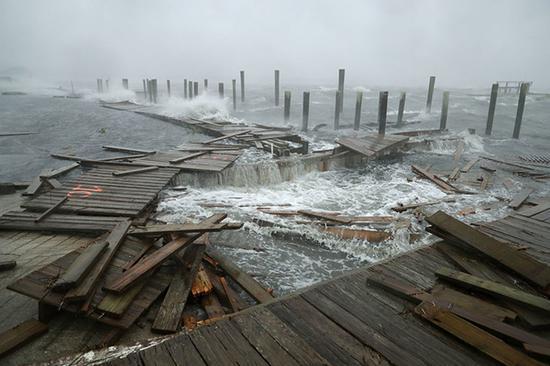 """北卡罗来纳州的一处码头遭到飓风""""佛罗伦萨""""的严重破坏。"""