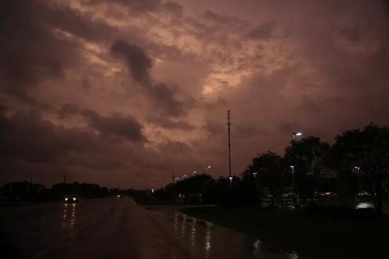 """▲""""佛罗伦萨""""逼近美国掀起强风暴雨 图据东方IC"""