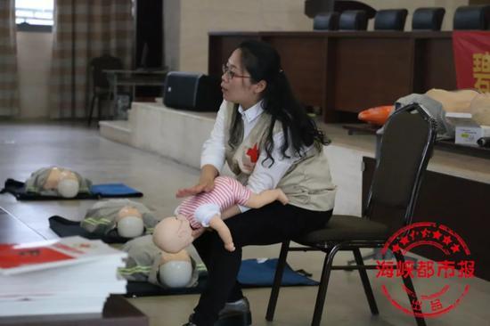今年4月的急救课上,刘丽琴演示海姆立克急救法中的背部叩击