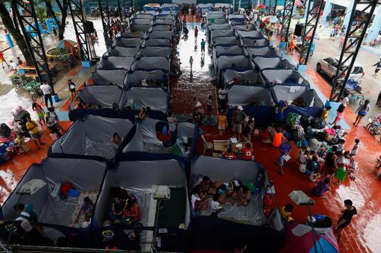众多居民已开端撤离至政府布置的暂时避难点(图片来源:东方IC)