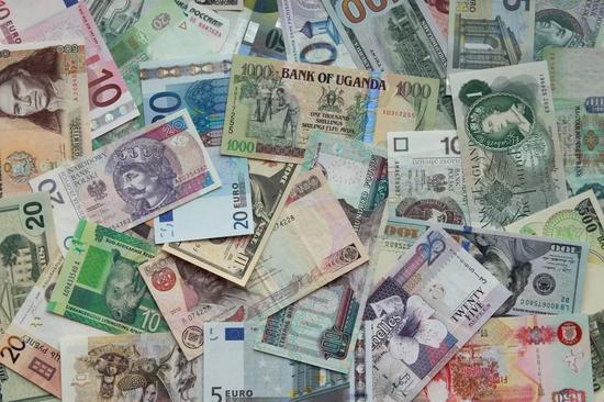 ▲花花綠綠的鈔票  圖據shutterstock