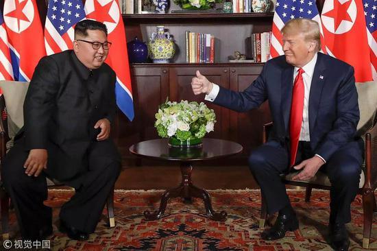 ▲資料圖片:6月12日,在新加坡聖淘沙島嘉佩樂酒店,朝鮮最高領導人金正恩(左)與美國總統川普舉行會晤。