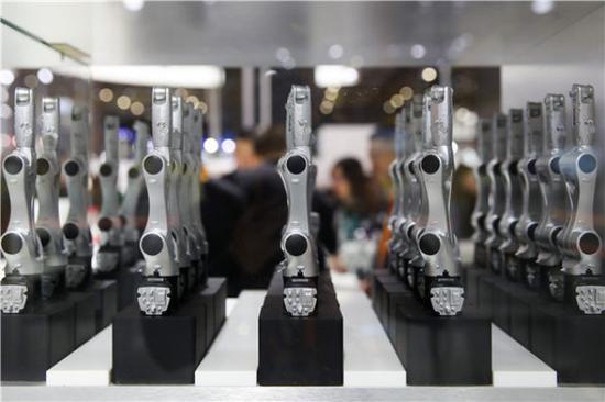 11月6日在首届中国国际进口博览会智能及高端装备展区拍摄的库卡公司展台。新华社记者丁汀摄