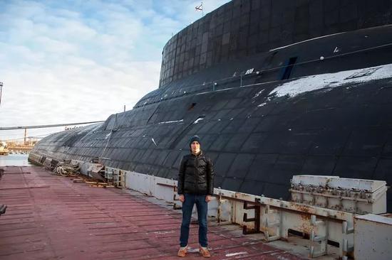▲俄军迷与退役的台风级核潜艇合影,可见后者的尺寸之大。