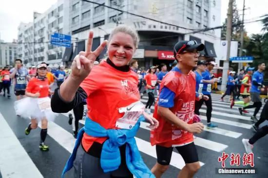 国内马拉松赛事数目和周围不息扩大。 中新社记者 汤彦俊 摄