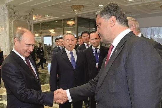 2014年8月26日,普京與波羅申科(右)會面,討論烏克蘭危機。