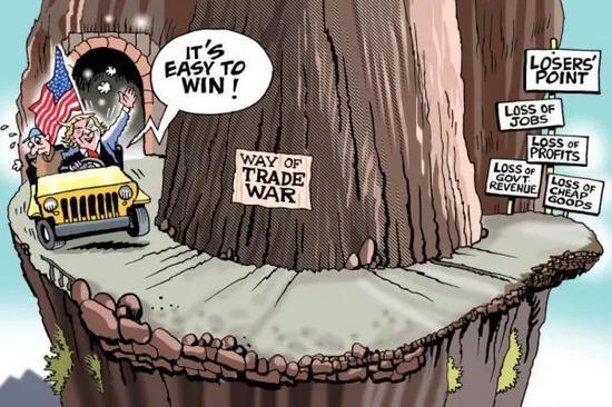 """▲[貿易戰之路:死路一條]美國總統川普一邊高喊""""打贏很容易!""""一邊開車駛向""""貿易戰之路"""",路的盡頭是失敗者之地:失業、虧損、政府稅收損失和便宜商品減少。(美國卡格爾漫畫網)"""