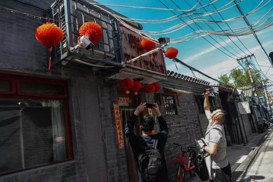 4月11日,两位用餐完毕的食客离开前拍照留念。新京报记者彭子洋 摄