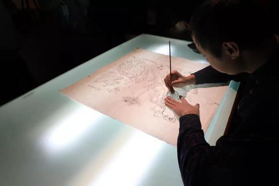 """""""勾"""":杨柳青木版年画的勾描,除了讲究笔锋的顿、挫、转、折等笔法,勾出的线条灵活多变、见笔力外,还要具有适宜刻制的木版味道。"""