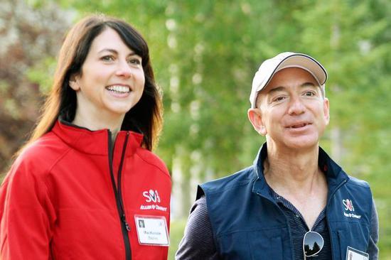 亚马逊CEO贝佐斯和妻子麦肯齐