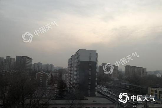 今晨,北京天空略顯灰暗,能見度一般。