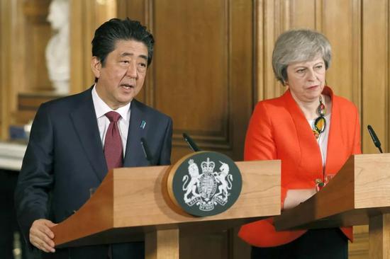 ▲1月10日,英国伦敦,英国首相特雷莎·梅会见日本首相安倍晋三。两人举行联合记者招待会。(视觉中国)