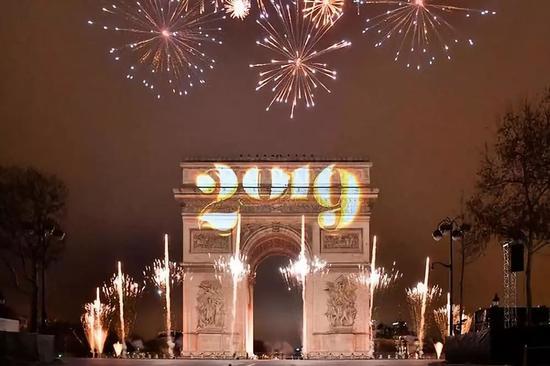 这是1月1日在法国巴黎凯旋门拍摄的灯光秀和烟火。新华社记者陈益宸摄