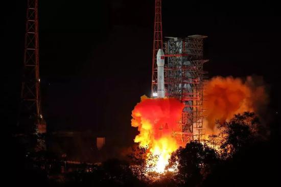 ▲2018年12月8日2时23分,我国在西昌卫星发射中心用长征三号乙运载火箭成功发射嫦娥四号探测器,开启了月球探测的新旅程。(新华社)