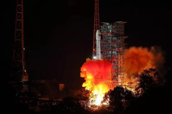 ▲2018年12月8日2時23分,我國在西昌衛星發射中心用長征三號乙運載火箭成功發射嫦娥四號探測器,開啓了月球探測的新旅程。(新華社)
