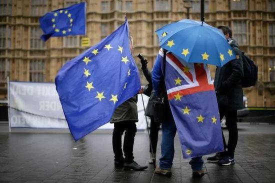 """▲1月16日,在英国伦敦,反对英国""""脱欧""""的人士在议会大厦外参加集会。(新华社)"""