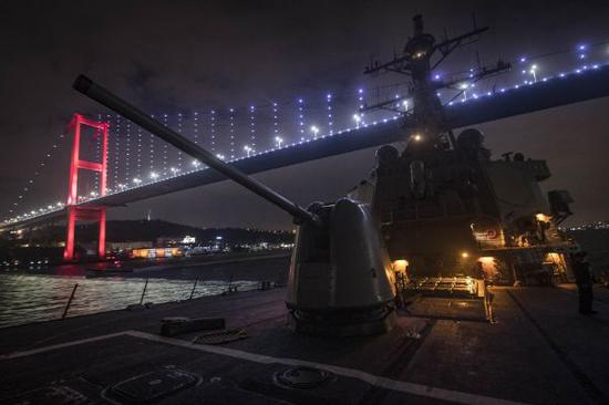 """资料图片:1月19日晚,美海军""""库克""""号驱逐舰从爱琴海穿过达达尼尔海峡进入马尔马拉海,下一步将通过博斯普鲁斯海峡进入黑海。(图片来源于网络)"""