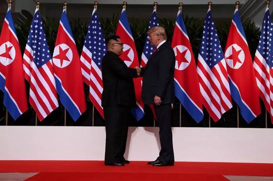 ▲资料图片:2018年6月12日,金正恩(左)与川普会谈前握手合影。(视觉中国)