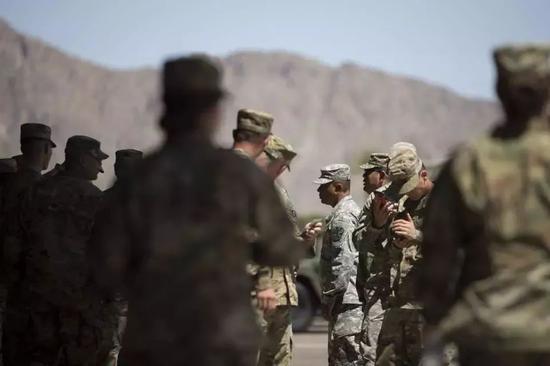 (图为美国防部向墨西哥南部边境部署14000人以阻止难民潮入境 图源:凤凰网)