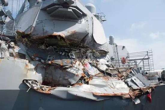 """被撞後的""""菲茨傑拉德""""號驅逐艦。"""