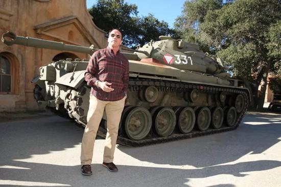 """▲""""州长""""与个人收藏的331号M47坦克合影。"""
