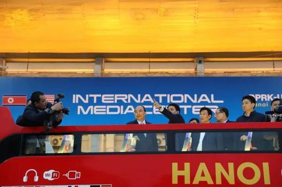 ▲2月24日,在越南首都河內,越南總理阮春福(左二)視察朝美領導人第二次會晤國際媒體中心。(新華社)