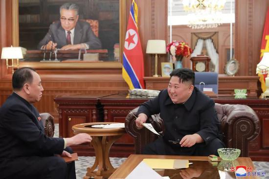 这张朝中社1月24日提供的照片显示,朝鲜最高领导人金正恩(右)23日会见以朝鲜劳动党中央委员会副委员长金英哲(左)为团长的第二次朝美高级别会谈代表团成员。新华社/朝中社