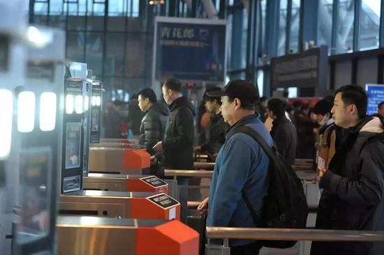 """2019年1月21日,旅客在武汉火车站""""刷脸""""进站乘车。 新华社发(彭琦摄)"""