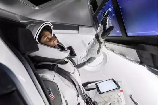 NASA宇航员在Space X飞船模拟舱中训练