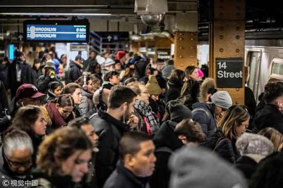▲纽约地铁高峰期异常拥堵(视觉中国)