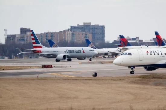 ▲3月13日,一架波音737 MAX 8型号飞机降落在美国首都华盛顿附近的里根机场。(新华社发)