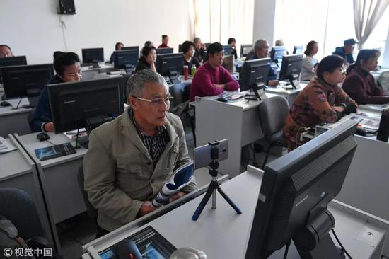 ▲老年大学学员学习电脑操作。(视觉中国)