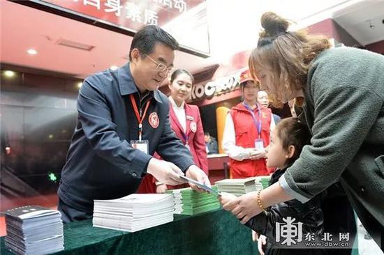 任副省长第二天 王永康清理楼道环境
