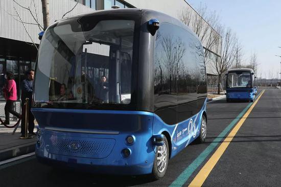 在雄安新区市民服务中心内行驶的百度无人车。摄影/本刊记者 董洁旭