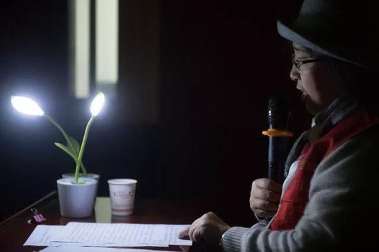 4月11日,吴素环在中国盲文图书馆桐庐县支馆为视障人士解说电影《可可西里》。