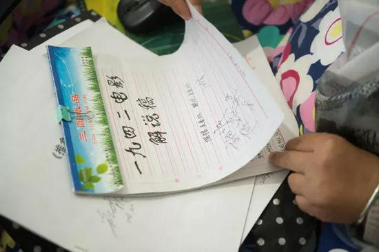 4月11日,吴素环在位于桐庐县桐君街道的家中翻阅自己曾经写过的电影解说稿。