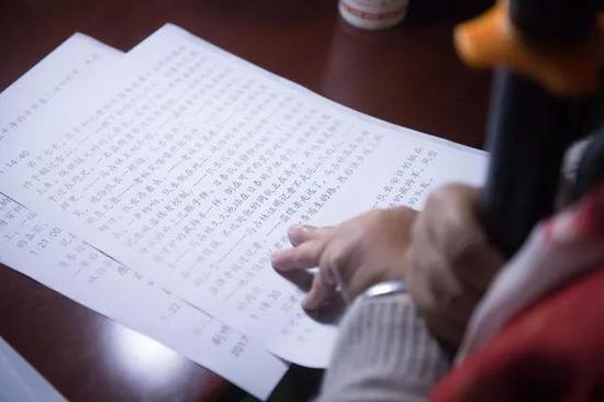 4月11日,吴素环在中国盲文图书馆桐庐县支馆为视障人士解说电影。