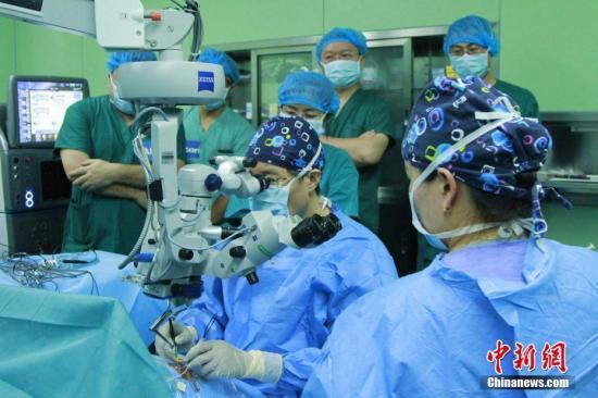 资料图:医生为患者进行手术。中新社记者 赵朗 摄