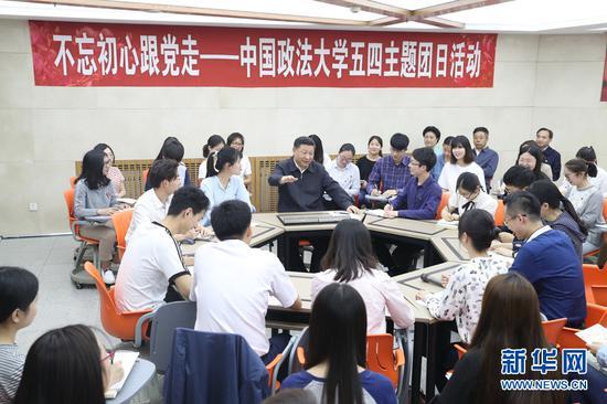 """这是2017年5月3日,习近平在中国政法大学学生活动中心参加民商经济法学院本科二年级2班团支部开展的""""不忘初心跟党走""""主题团日活动。新华社记者王晔摄"""