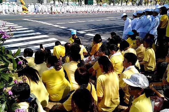 路边观礼的泰国民众 泰媒图 下同