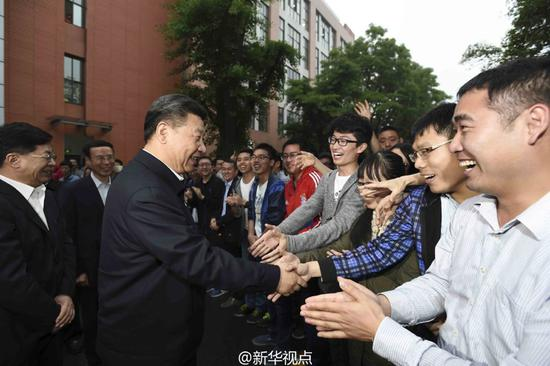 这是2016年4月26日,习近平在中国科技大学进行考察。